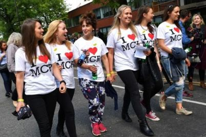 130909803_AFP_Women-wearing-I-Love-MCR-T-shirts-arrive-large_trans_NvBQzQNjv4BqgsaO8O78rhmZrDxTlQBjdGtT0gK_6EfZT336f62EI5U.jpg
