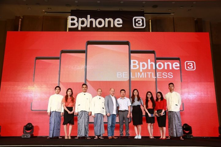 Bphone-3-Press-Conference-Photo-5-Bkav-CEO-and-Chairman-Mr.-Nguyen-Tu-Quang-with-Bkav-Myanmar-Team.jpg