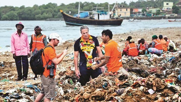 Lawyer-cleans-worldu2019s-dirtiest-beach_5.jpg
