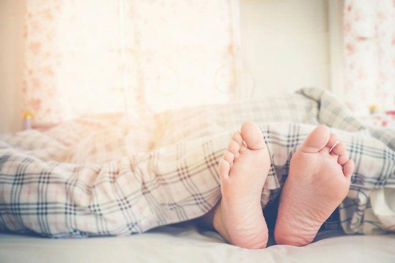 Thereu2019s-a-Scientific-Reason-Why-You-Always-Sleep-Under-BlanketsEven-When-Itu2019s-Hot_493927267_Joyseulay-1024x683.jpg