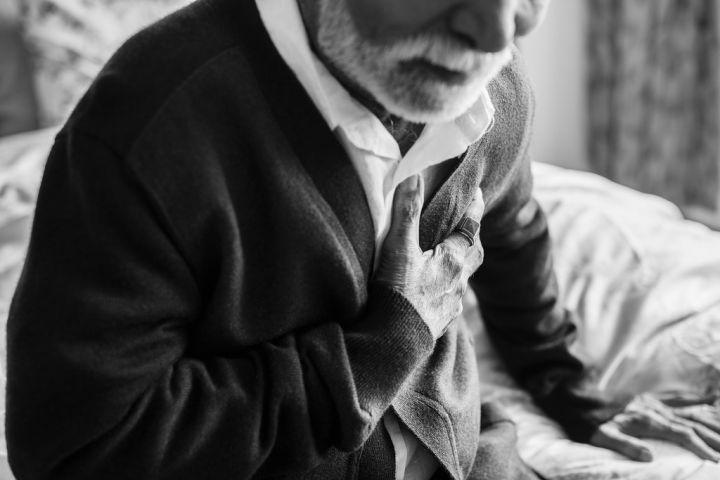 an-elderly-indian-man-with-heart-problems-9QPRM5C.jpg