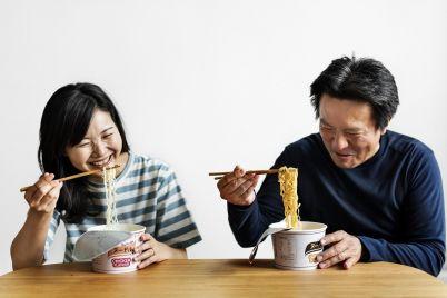 asian-couple-eating-instant-noodles-7S9Z458.jpg