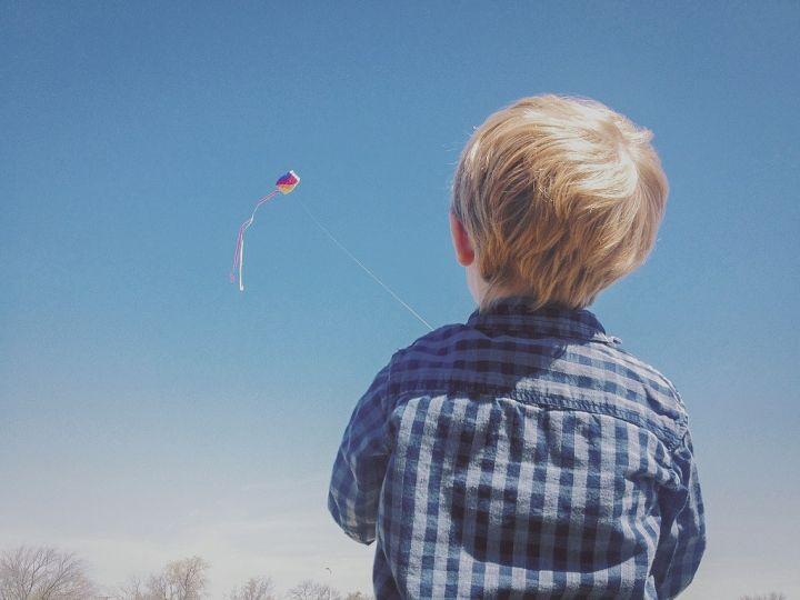 boy-flying-kite-PFV3FMQ.jpg