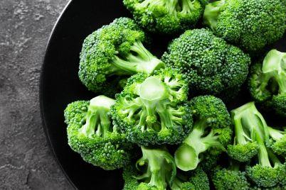 broccoli-fresh-broccoli-on-plate-TRBFWVK.jpg