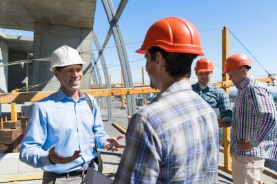 builders-meeting-on-construction-site-architect-27PYHFG.jpg