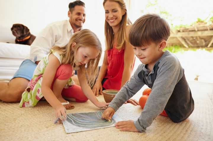 children-drawing-with-their-parents-in-living-P6FCDV6.jpg