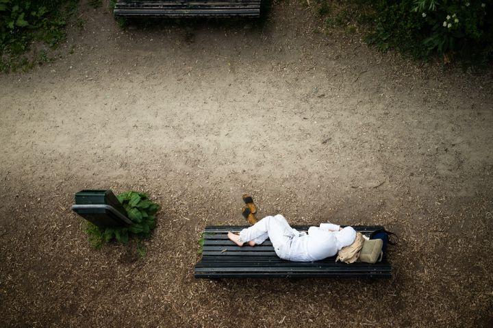 clean-homeless-on-the-bench-P2X4XGB.jpg