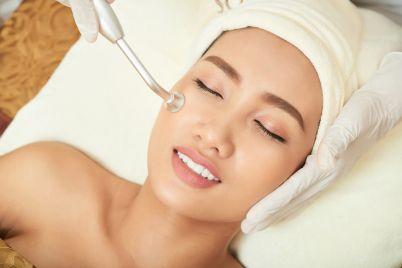 cleaning-pores-at-facial-room-7PLC8GW.jpg