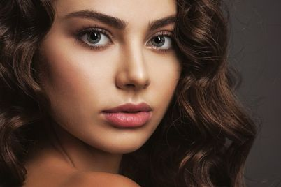 closeup-face-of-a-beautiful-woman-with-a-smoky-7GB3FZT.jpg