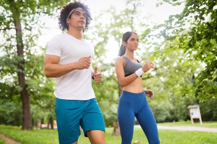 couple-jogging-and-running-outdoors-in-nature-CQXJ76M.jpg