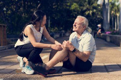 elderly-man-having-a-knee-injury-CNRX2Q9.jpg