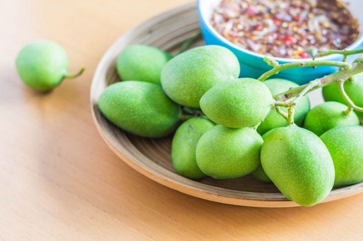 fresh-fruit-on-tray-P58VET9.jpg
