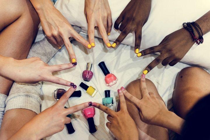 group-of-diverse-women-painting-their-nails-PRUDSPK.jpg