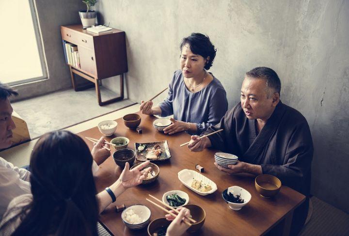 japanese-family-eating-PQ3XCFM.jpg