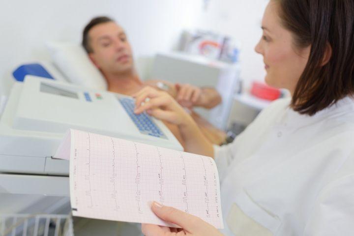nurse-programming-heart-monitor-machine-PYBK3FU.jpg
