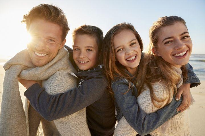 parents-giving-children-piggyback-rides-on-winter-PU2PWR7.jpg