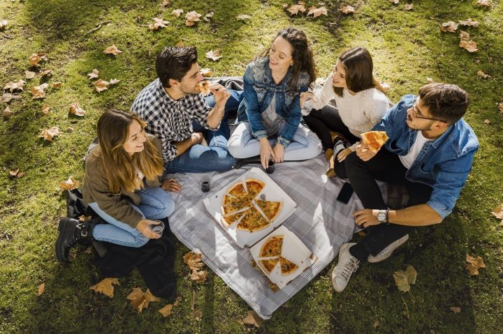 pizza-with-friends-VHZASEJ.jpg