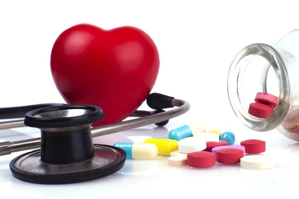 stethoscope-colseup-and-pills-FR2V7NG.jpg