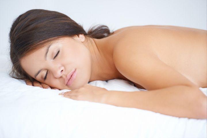 topless-woman-sleeping-in-bed-PULYNJ3.jpg
