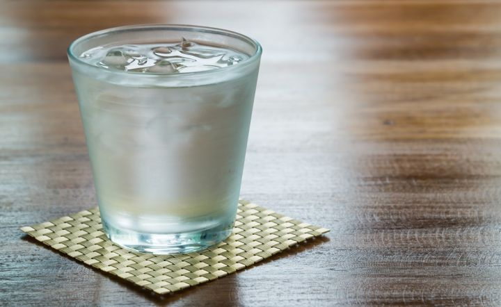 water-in-a-glass-with-ice-P2MQMZV.jpg