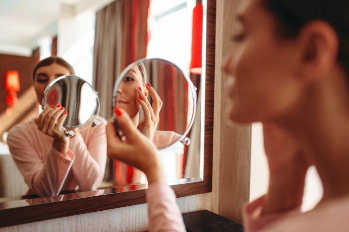 woman-doing-makeup-at-the-mirror-face-hygiene-R25DH6N.jpg
